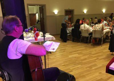 Jan Michael synger for på en festsang