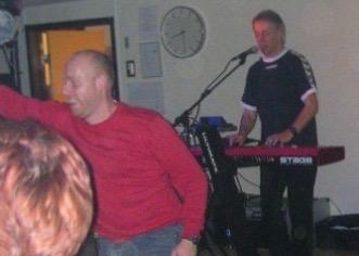 Jens spiller, og folk danser
